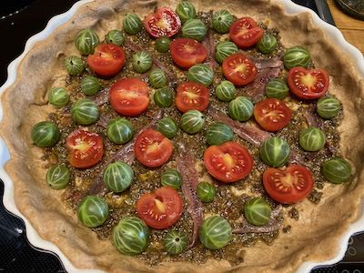 Stachelbeer-Quiche mit Anchovis und Cocktail-Tomaten roh