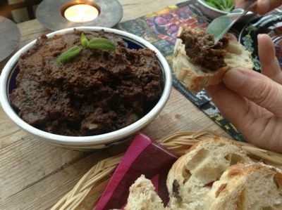 Rote Tapenade mit Olivenbrot